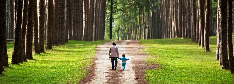 Moeder met kind in bos