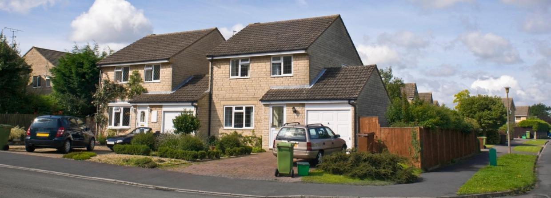 Twee huizen tegen elkaar op een hoek