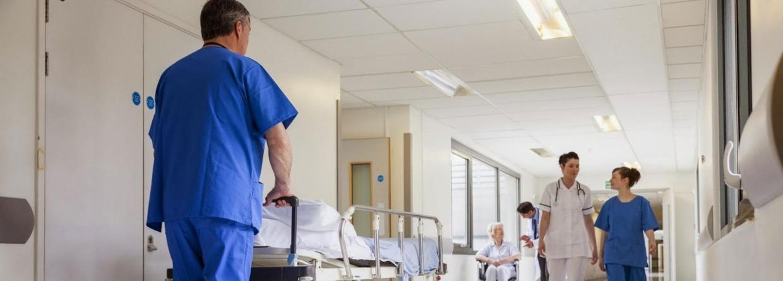 zusters en dokters lopen door de ziekenhuishal