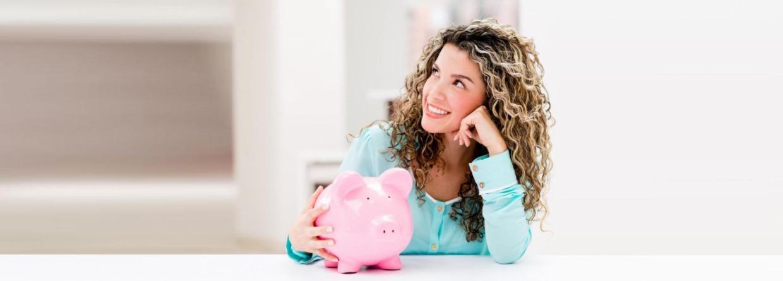 Meisje met krullen en een roze spaarvarken