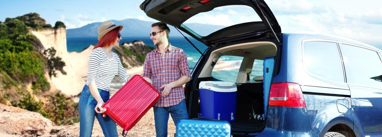 Stel met de auto op vakantie