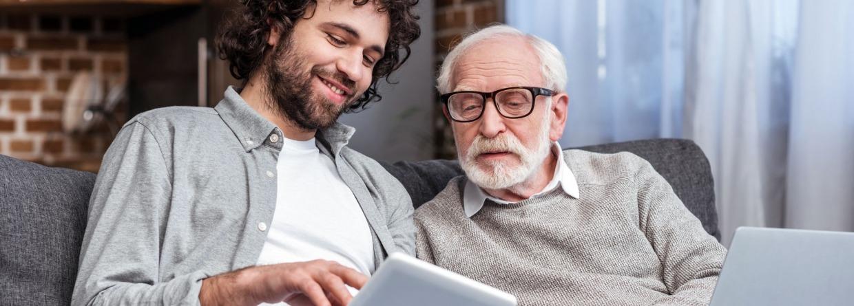 Senior vader met zijn zoon op de bank