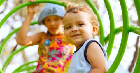 jongetje en meisje in de speeltuin