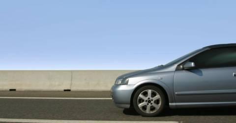grijze auto rijd op snelweg